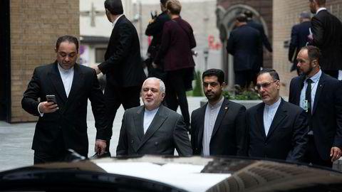 Irans utenriksminister Javad Zarif besøkte Oslo torsdag for samtaler med blant annet statsministeren og utenriksministeren om hvordan atomavtalen kan reddes etter at USA trakk seg ut i fjor. Her er han på vei inn til et foredrag på Nupi (Norsk utenrikspolitisk institutt).