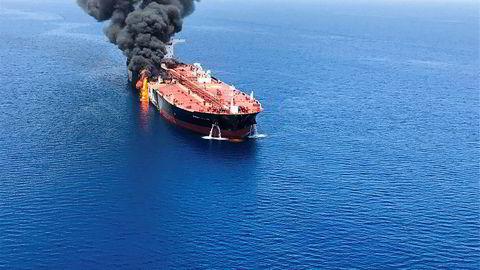 Tankskipet Front Altair begynte å brenne etter det antatte angrepet utenfor kysten av Iran torsdag morgen. Bildet er offentliggjort av det iranske nyhetsbyrået ISNA.