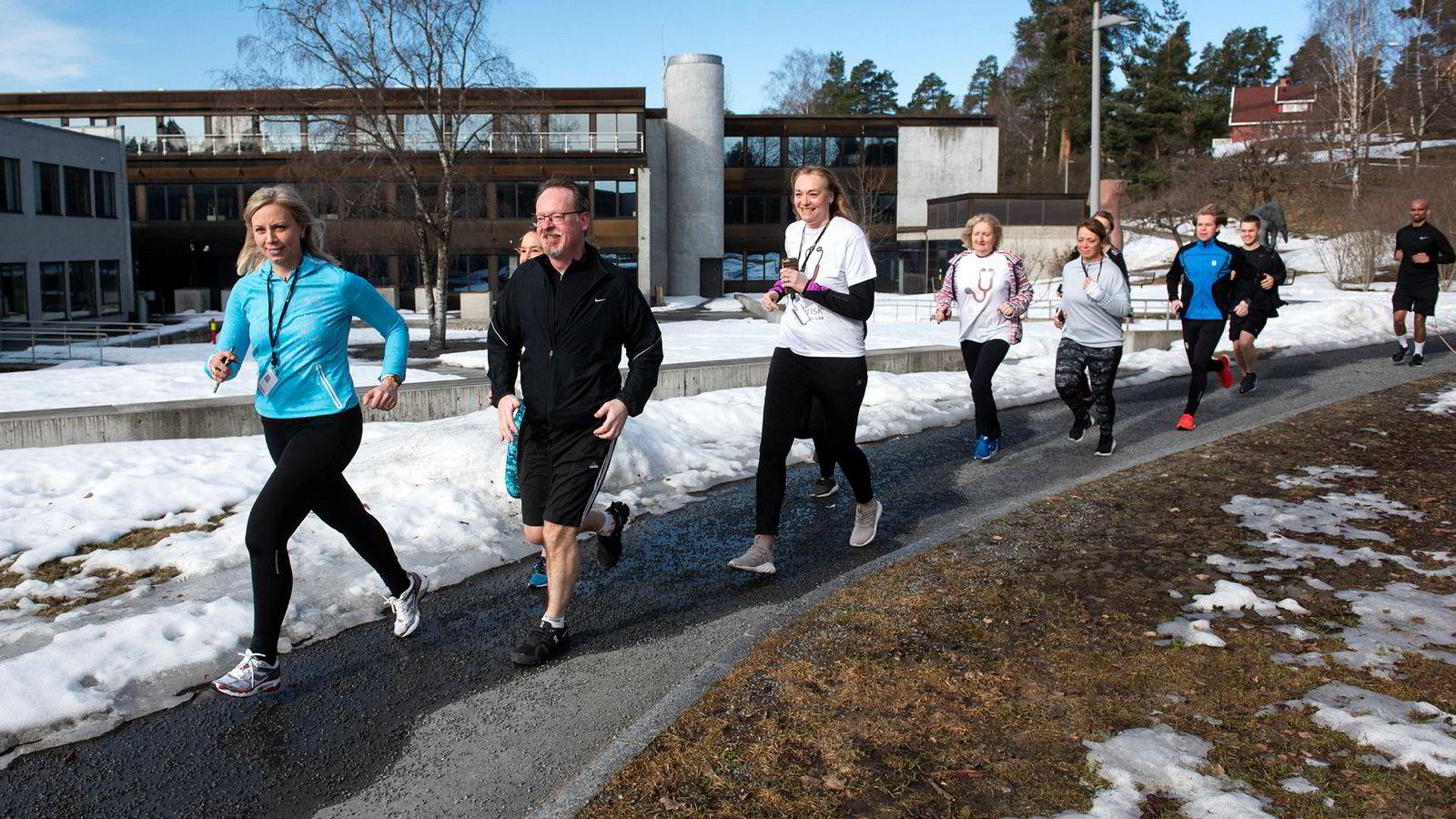 Emma Gulbrandsen (til venstre foran), leder for Blir Frisk-appen og Bjarke Thorøe (til høyre foran), direktør for Storebrand Helseforsikring er på løpetur med kolleger utenfor kontoret. Storebrand Helseforsikring tilbyr en norskutviklet app til kunder som vil trene seg til et sterkere hjerte. Appen har også blitt veldig populær internt.