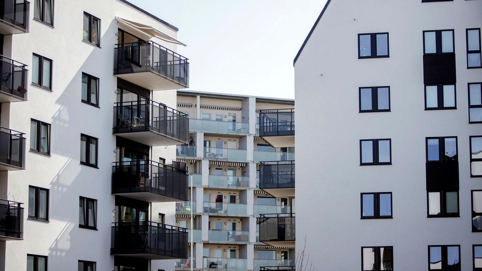 Inntil vi ser noen klare dommedagstegn, tror jeg ikke på noe markert fall i de norske boligprisene, skriver artikkelforfatteren.