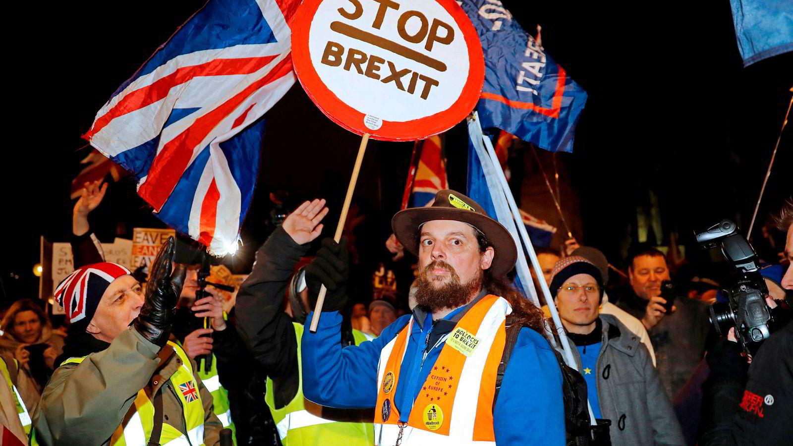 Forrige uke stemte parlamentet for at statsminister Theresa May skal reise til Brussel og reforhandle brexit-avtalen, noe EU ikke ønsker. Utenfor demonstrerte tilhengere og motstandere av brexit.