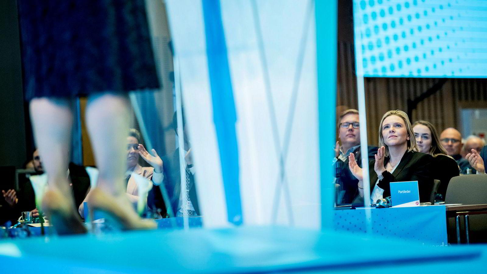 Sylvi Listhaug lytter til partileder Siv Jensen under Fremskrittspartiets landsmøte 2019.