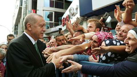 Tyrkias president Recep Tayyip Erdogan mener seg utsatt for et politisk og lumsk komplott fra USA.  Hvis USA er villige til å ofre sitt forhold til Tyrkia, kommer Tyrkia til å svare med å se etter nye markeder, nye partnerskap, og nye allierte.