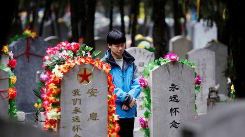 Kvadratmeterprisen for et gravsted på rundt én kvadratmeter steget med over 40 prosent til over 112.000 yuan (136.000 kroner) i Kina. Dette er mer enn dobbelt så mye som kvadratmeterprisen for en leilighet i storbyene Shenzhen, Shanghai eller Beijing. Enkelte kjøper leiligheter for å oppbevare kremerte levninger.
