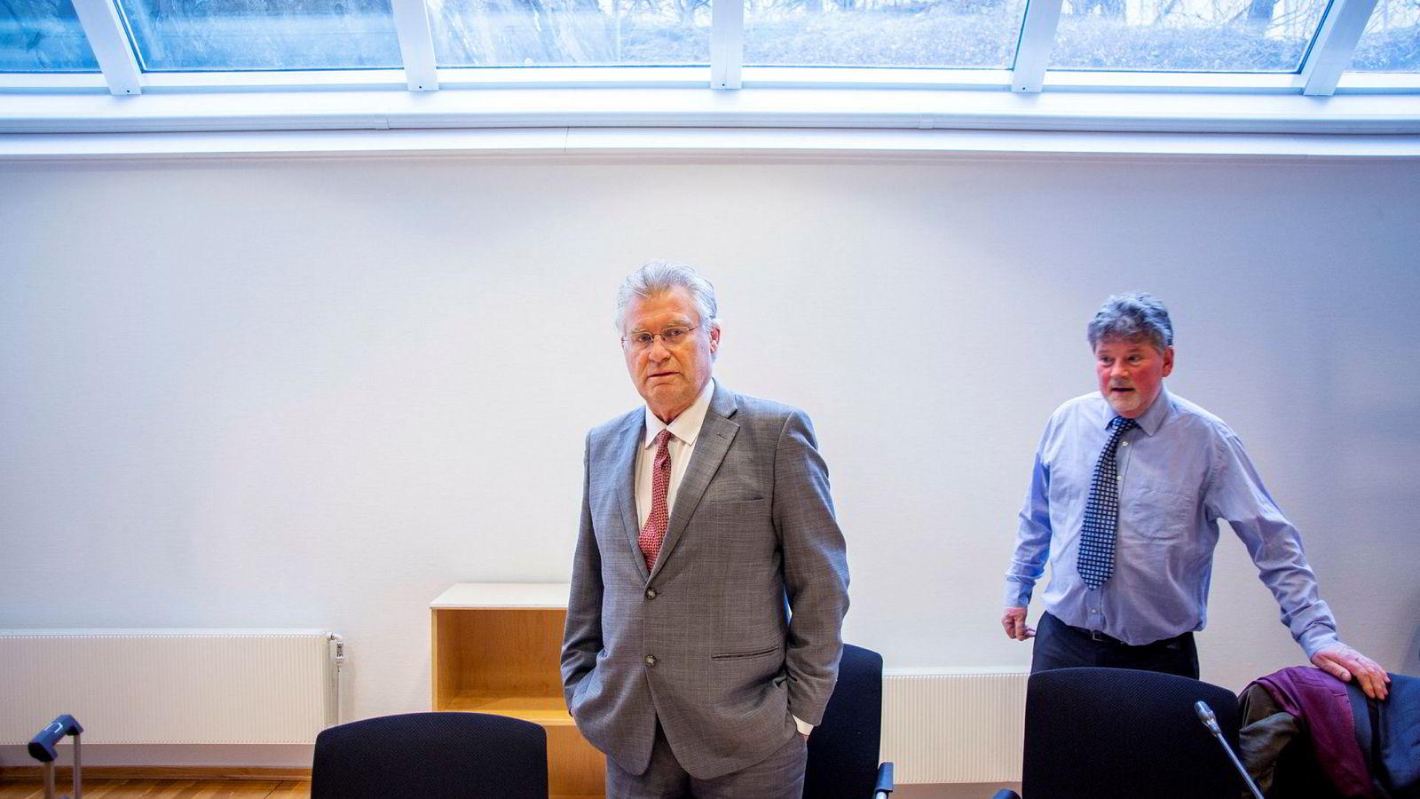Eiendomsinvestor Leif Botolf Hesle (til venstre) er saksøkt av tidligere arbeidsgivers pensjonskasse. Hesle nekter å betale tilbake den private uførepensjonen. Her med sin advokat, Eigil Erbe, i Asker og Bærum tingrett.