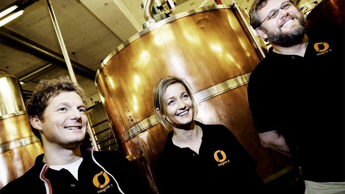 Gründer og sjefsbrygger Kjetil Jikiun (fra høyre), styreleder Anne Hestness Trommestad og daglig leder Haldor Berge ser ingen ende på veksten for ølbryggeriet Nøgne Ø i Grimstad.