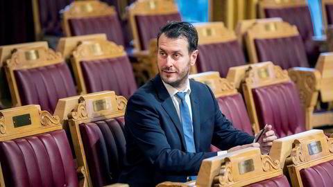 Frp-toppen Helge André Njåstad har trukket seg fra alle tillitsverv i partiet etter at det kom fram at han hadde delt sensitive opplysninger om blant annet metoo-varsler til en kvinnelig kollega som ikke skulle ha innsyn.