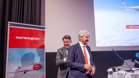 Finansdirektør og fungerende Norwegian-sjef Geir Karlsen (bak) selger flyselskapets bankaksjer bare uker etter at Bjørn Kjos (foran) ga seg som konsernsjef.