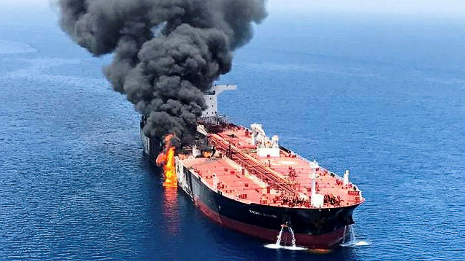 Dette er oljetankskipet «Front Altair» som torsdag morgen sto i brann etter en eksplosjon.
