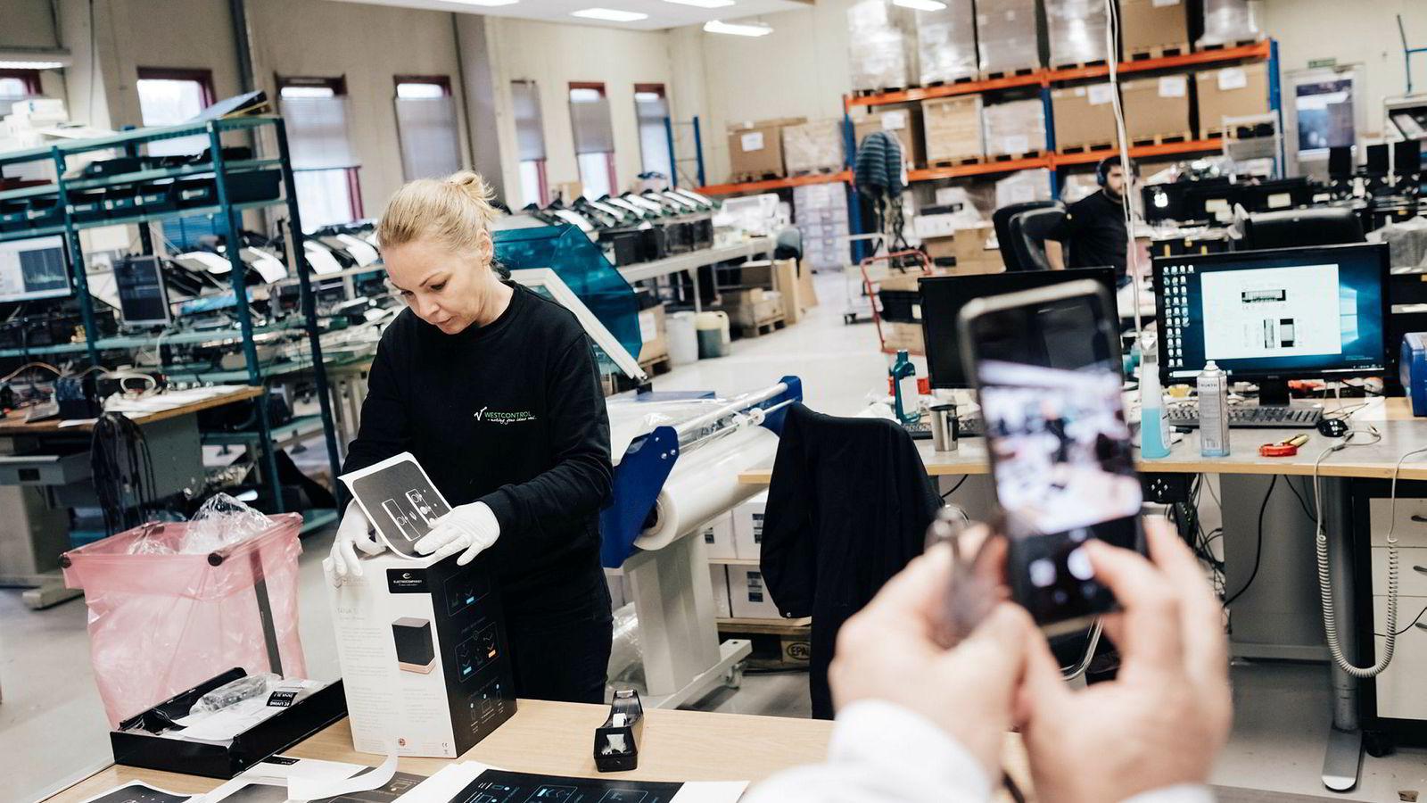 Electrocompaniet gikk konkurs i 2018, men nye krefter håper å få lyd i høyttalerne igjen. Giedre Griguceviciene fra Litauen pakker EC-living-høyttalere.