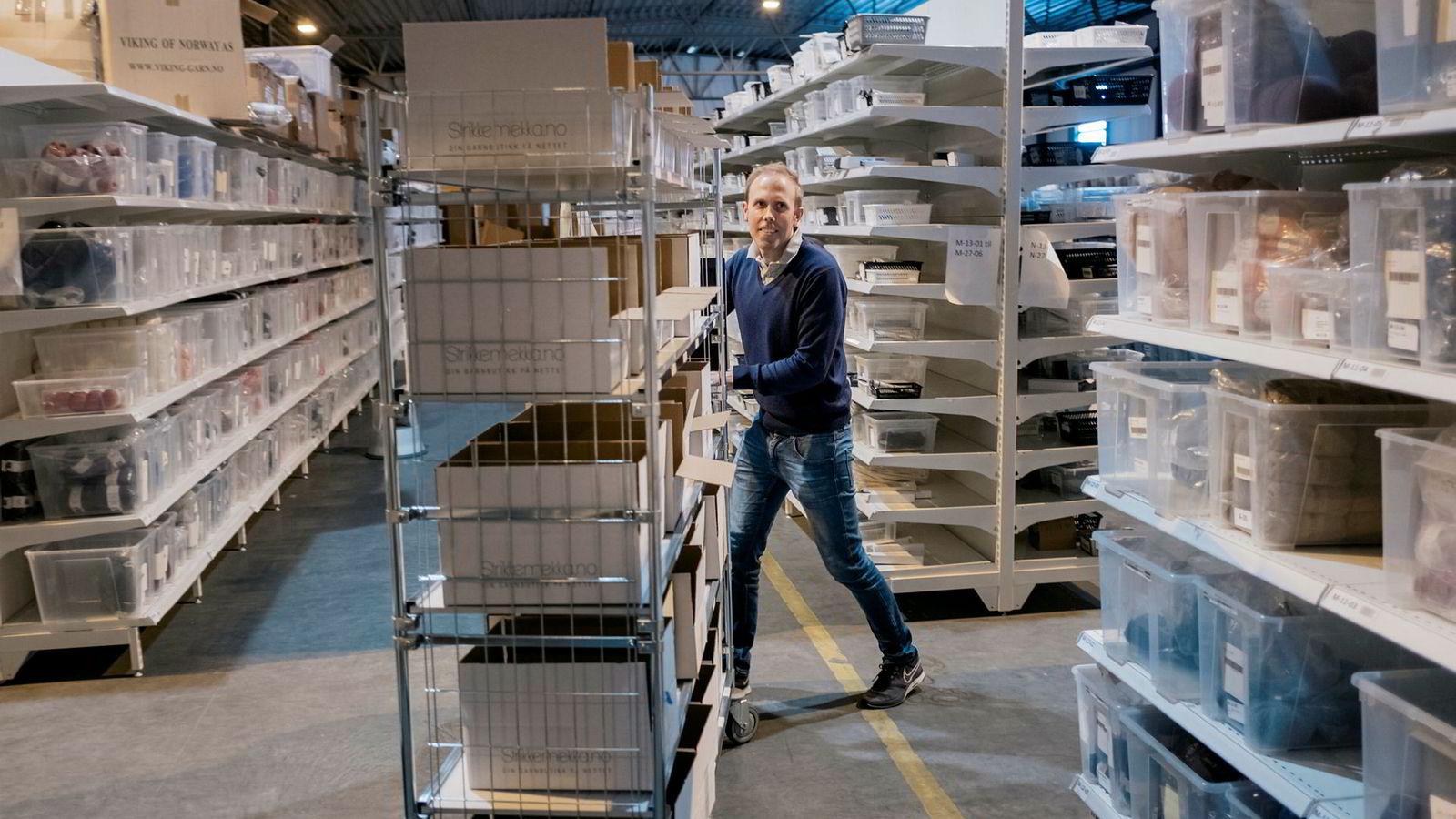 Eirik Fuglestad driver gjør det godt innen netthandel med butikkene Motehus og Strikkemekka. Han jobber lange dager og mener han jobber cirka femti prosent mer enn full stilling. Varene sender han ut fra et lager på Klepp Stasjon.