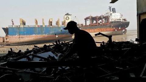 Enkelte andre skipseiere legitimerer på sin side beaching av skip med at internasjonale lover og regler er fulgt, eller mer konkret at skip resirkuleres etter Hong Kong-konvensjonens krav, skriver innleggsforfatterne.