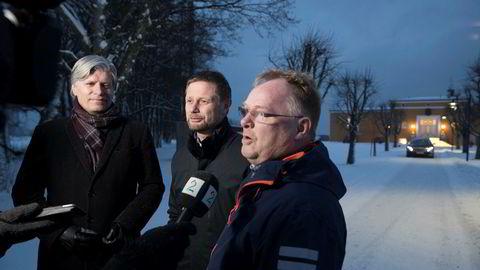 De tre nestlederne Ola Elvestuen (V), Bent Høie (H) og Per Sandberg (Frp) tar fatt på regjeringsforhandlingene på Jeløya igjen torsdag kveld. Foto: Terje Bendiksby / NTB scanpix