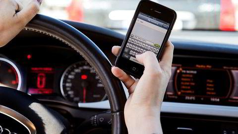 Reglene for bruk av mobiltelefon i bil er blitt innskjerpet.