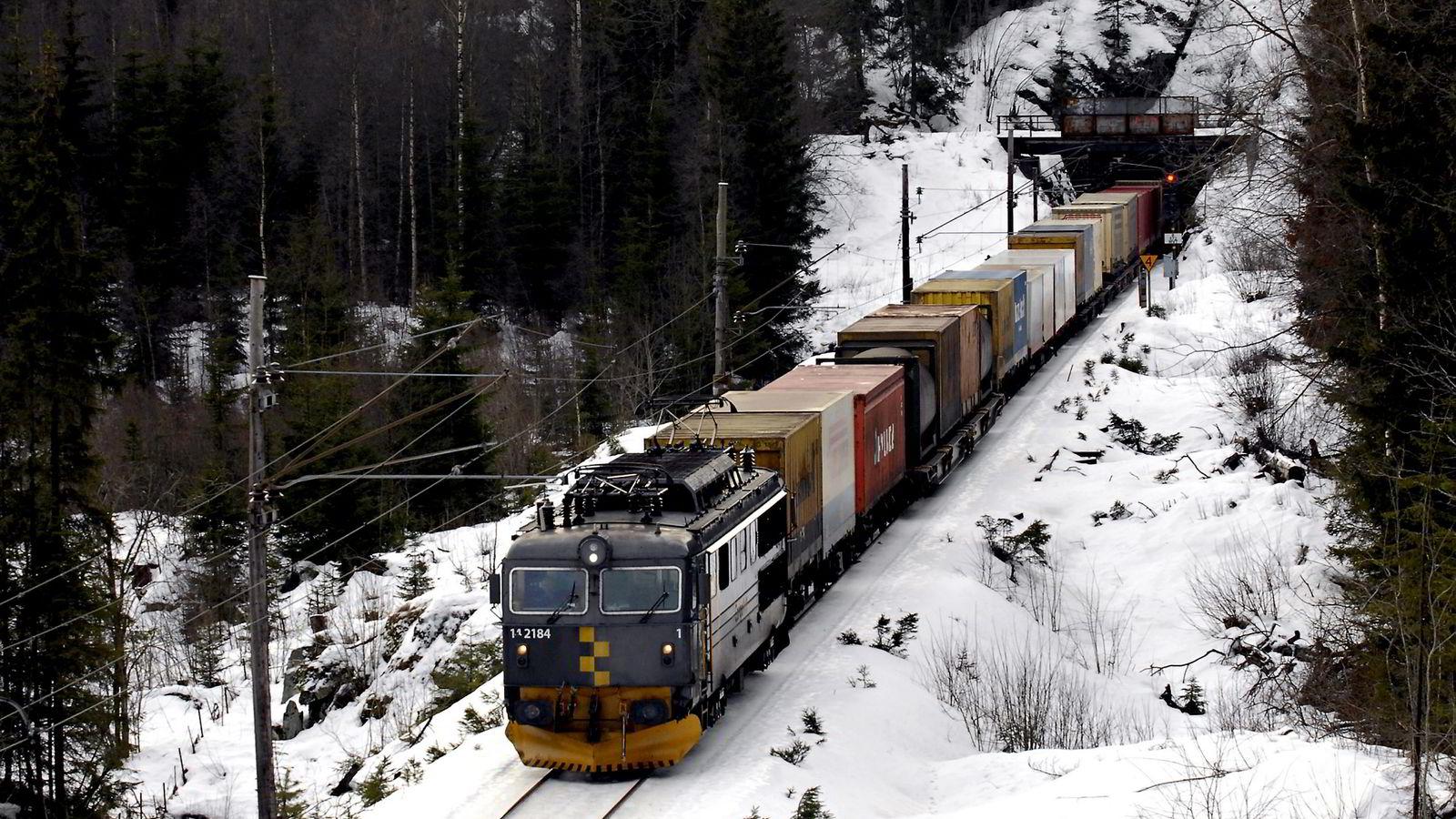EU har vedtatt at 30 prosent av gods som går mer enn 300 kilometerm på vei skal flyttes til sjø eller bane, sier forfatteren. Her godstog på Gjøvikbanen.
