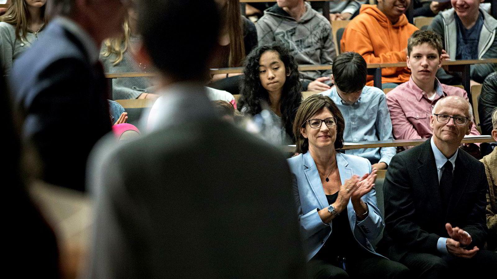 Stanford-professor Jo Boaler (i lyseblå jakke) og Brynjulf Owren, leder av Norsk Matematikk råd, på seminaret på Oslo katedralskole mandag.