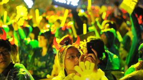 Netthandelen i Kina er relativ til økonomiens størrelse fire ganger så høy som i USA. På bildet feirer Alibaba-ansatte 10-års-jubileumet for Kinas mest populære netthandelssted Taobao i 2013. Foto: Peter Parks/AFP Photo/NTB scanpix