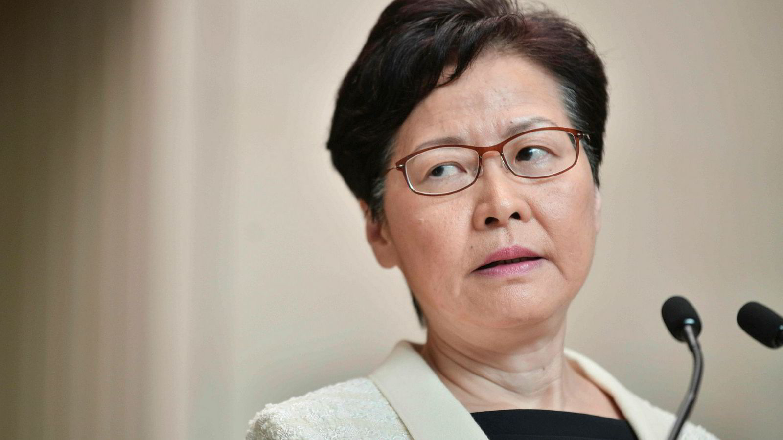 Ifølge Hongkongs politiske leder Carrie Lam jobbes det med å stanse den kaotiske situasjonen i finansbyen. – Vi må jobbe mot forsoning i samfunnet ved å kommunisere med ulike mennesker. Jeg vet dette ikke blir enkelt, men ved å jobbe sammen kan vi klare det, sa hun på en pressekonferanse tirsdag.