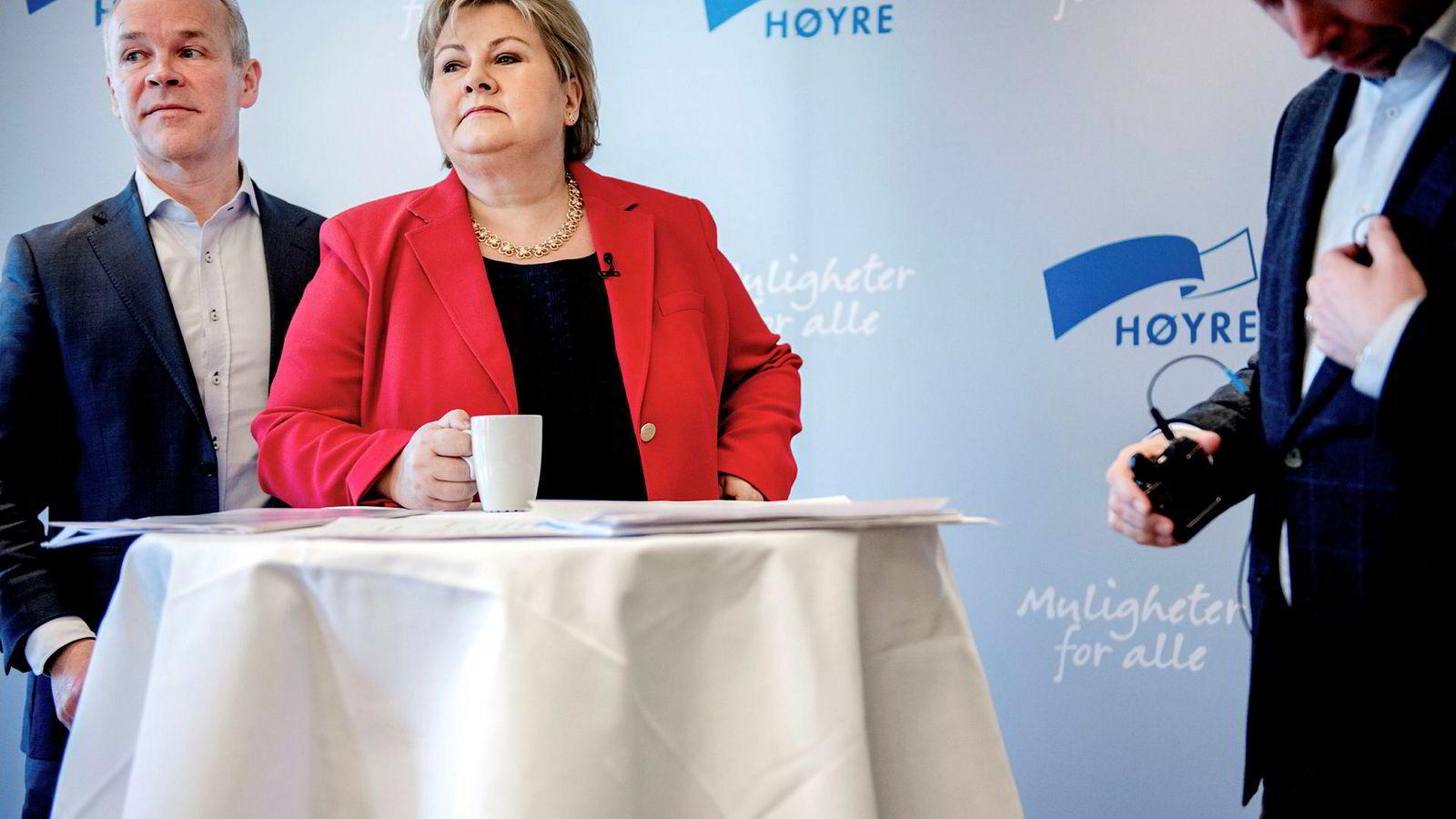 Statsmister Erna Solberg møtte tirsdag pressen i forkant av Høyres landsmøte. Kommunal- og moderniseringsminister Jan Tore Sanner bak til venstre.