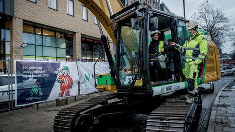 Storgata i Oslo skal opprustes, anleggsarbeid med høye miljøkrav starter. Denne gravemaskinen er ombygd til eldrift. Byråd Lan Marie Nguyen Berg fikk prøvekjøre, under oppsyn av Matas Joksas.