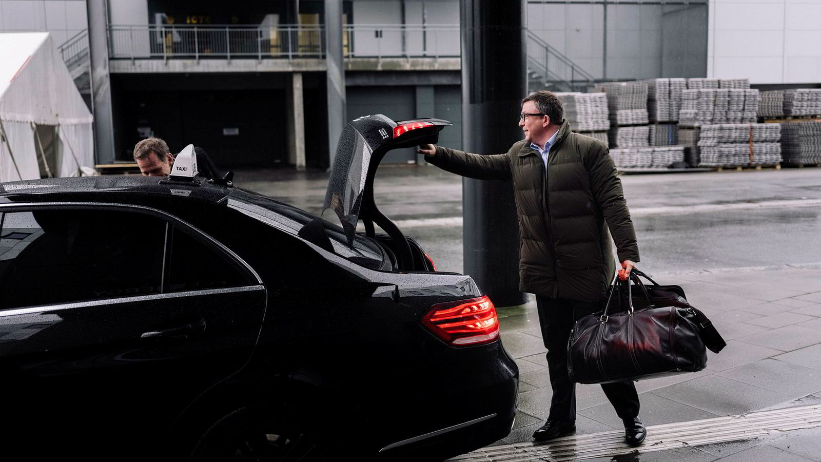 Aker BP-sjef Karl-Johnny Hersvik, til høyre, overtok drosjen oljeanalytiker Jarand Rystad (til venstre) kom med foran Clarion Hotel Energy i Stavanger mandag, der sistnevnte for øvrig kom med adskillig ros av Aker BP.