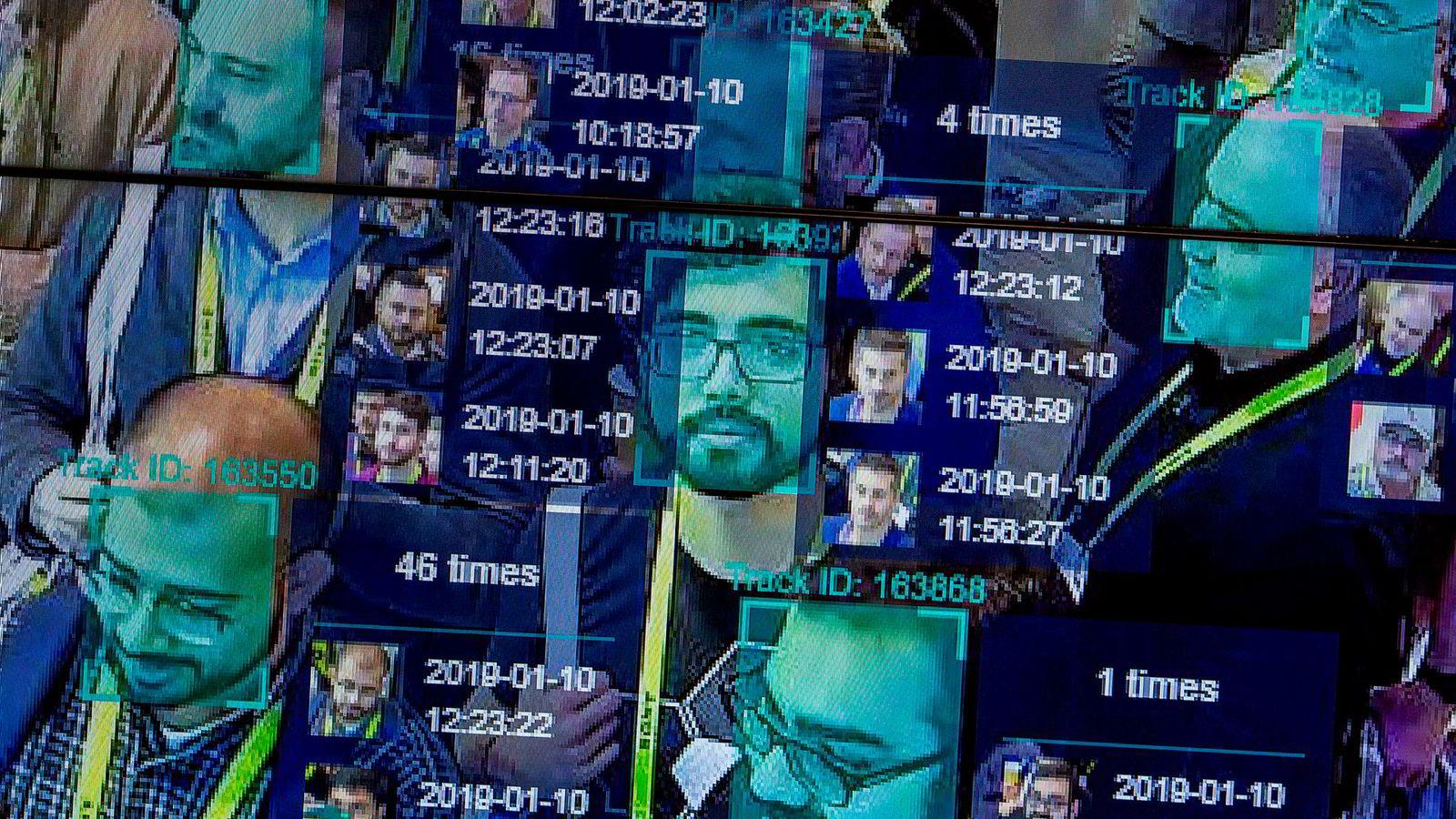 Kunstig intelligens (KI) er ikke alltid hva det utgir seg for å være. Bildet viser en live-demonstrasjon på CES i Las Vegas i januar av et ansiktsgjenninsprogram basert på KI.