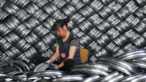 Ikke siden begynnelsen av 1990-tallet har Kina opplevd en svakere økonomisk vekst. Handelskrigen med USA får skylden. Det er økt frykt for at dette skal spre seg til de globale forsyningskjedene og ramme verdensøkonomien hardt om kort tid. Her fra en barnevognfabrikk i Hangzhou.