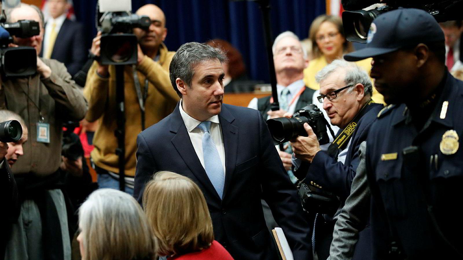 Michael Cohen på vei inn til komitéhøringen i kongressen i USA onsdag.
