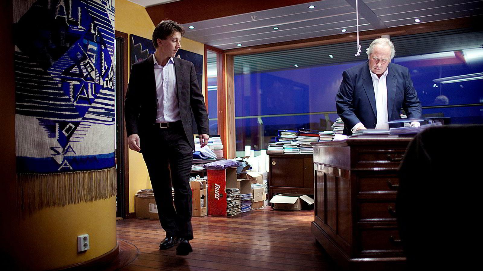 Milliardær Torstein Tvenge (til høyre) og sønnen Magnus (til venstre) er med når Arctic-megler Grunde Eriksen hopper av og satser som investor.