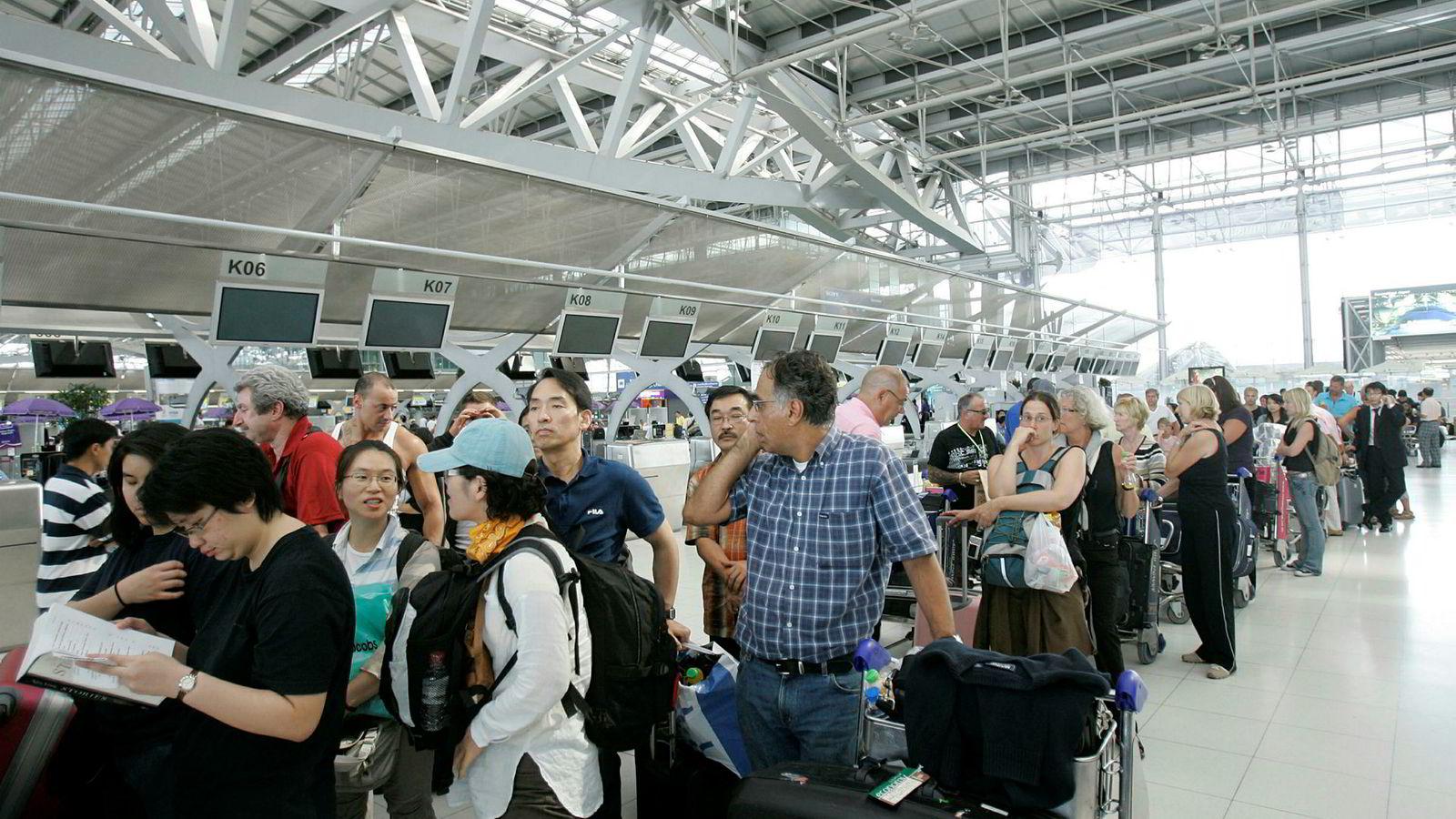 Teknisk feil på et Norwegian-fly førte til at mange frustrerte dansker måtte være igjen på den internasjonale flyplassen i Bangkok.