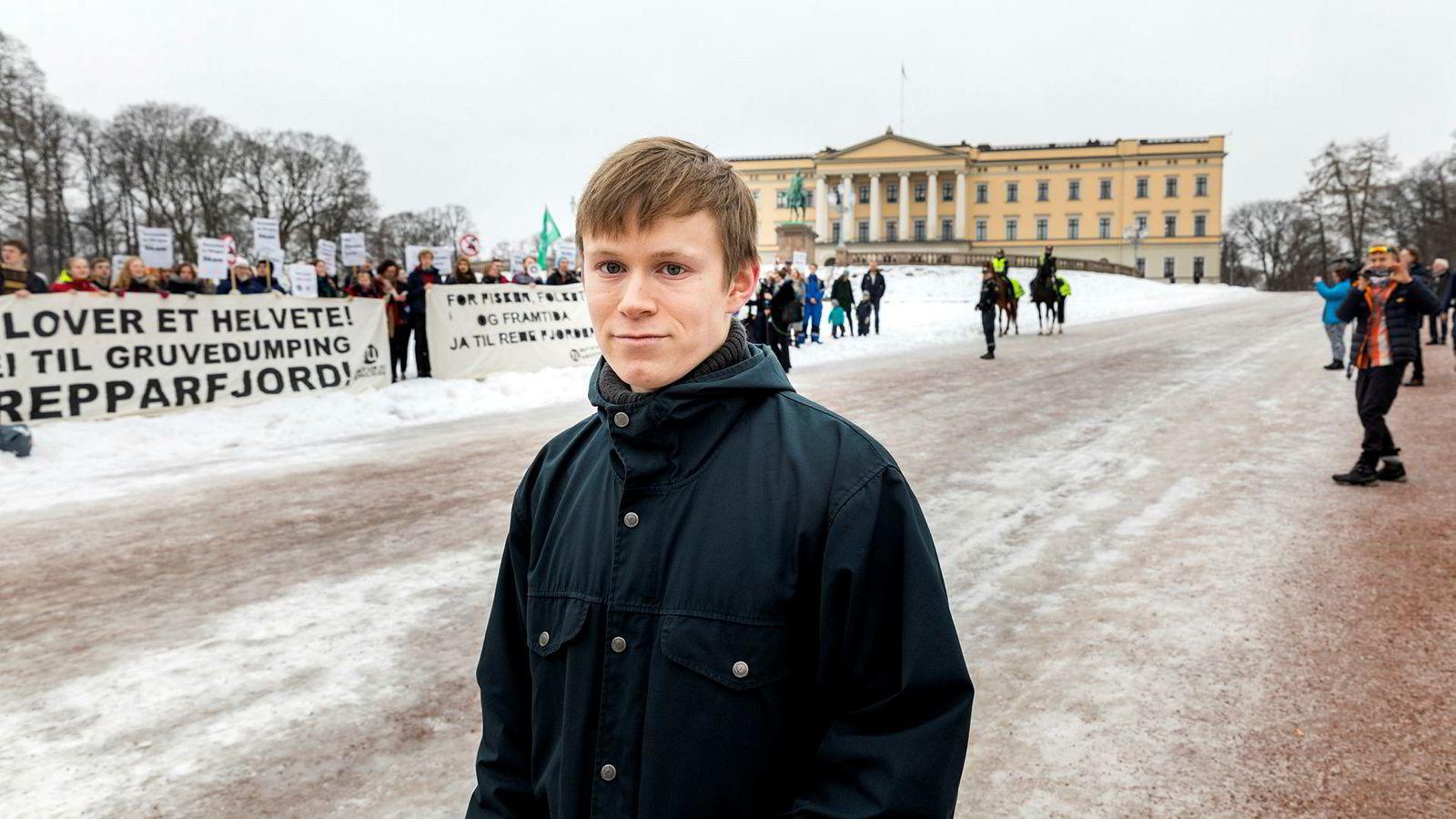 Leder Gaute Eiterjord i Natur og Ungdom sabler ned regjeringens ønske om «toppmøte» med klimastreikende ungdom. Bildet er fra aksjonen Nei til gruvedumping i Repparfjord foran slottet i Oslo i februar.