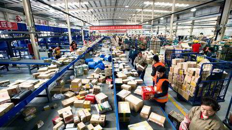 Kinesiske postansatte sorterer post i Taiyuan i Shanxi-provinsen. En gammel avtale gjør at det er billigere å sende brev fra Kina fordi det er klassifisert som som et utviklingsland i avtalen.