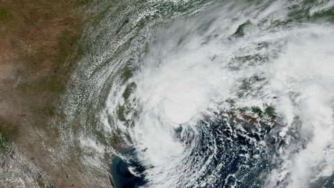 Uværet Harvey herjer fortsatt i Texas. Her er den tropiske stormen avbildet fra satellitt sør-sørvest for Port Arthur, der driftsselskapet til det største raffineriet i USA har valgt å stenge ned.