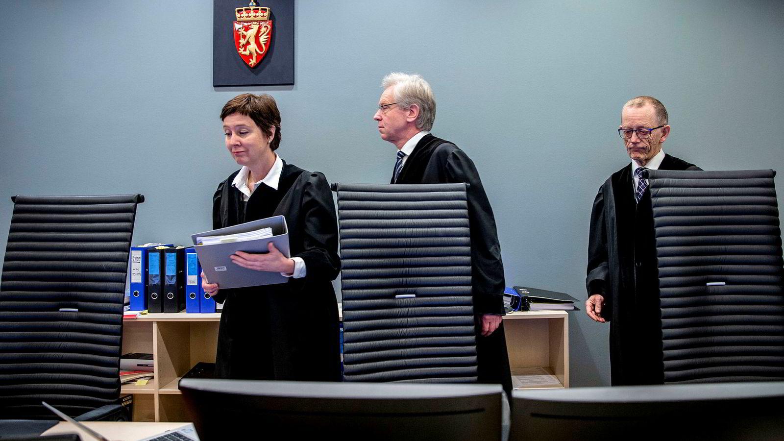 Den tidligere politmannen Eirik Jensen ble frikjent på ett punkt, men fagdommerne Kristel Heyerdahl (fra venstre), Jørgen Brunsvik og Steingrim Bull satte juryens frifinnelse til side i Norges siste jurysak.