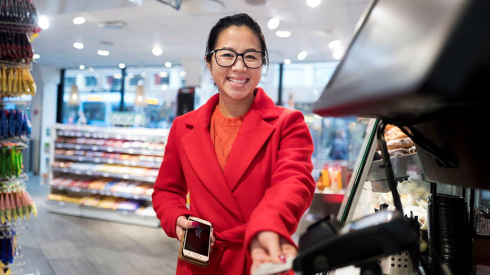 Anh Thi (27) betaler med bankkort på 7-eleven ved Gunerius-senteret i Oslo, til tross for at hun har smarttelefon som har mulighet for kontaktløs betaling. Apple Pay har vært på markedet siden Juni. Google Pay kom sist uke.
