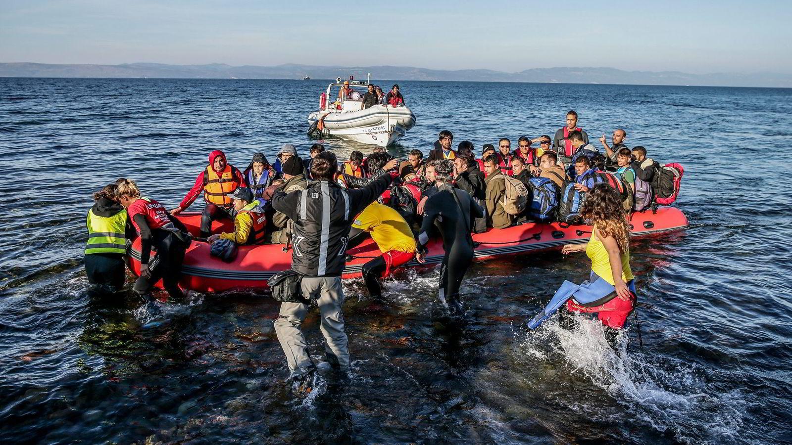 Bildet viser flyktninger som tar seg inn i Schengen-området via Lespos i Hellas. Før EU og Tyrkia inngikk en avtale for å begrense strømmen av flyktninger, passerte svært mange flyktninger daglig over sundet mellom Tyrkia og Lesvos i Hellas. Foto: Stein J. Bjørge / Aftenposten / NTB Scanpix