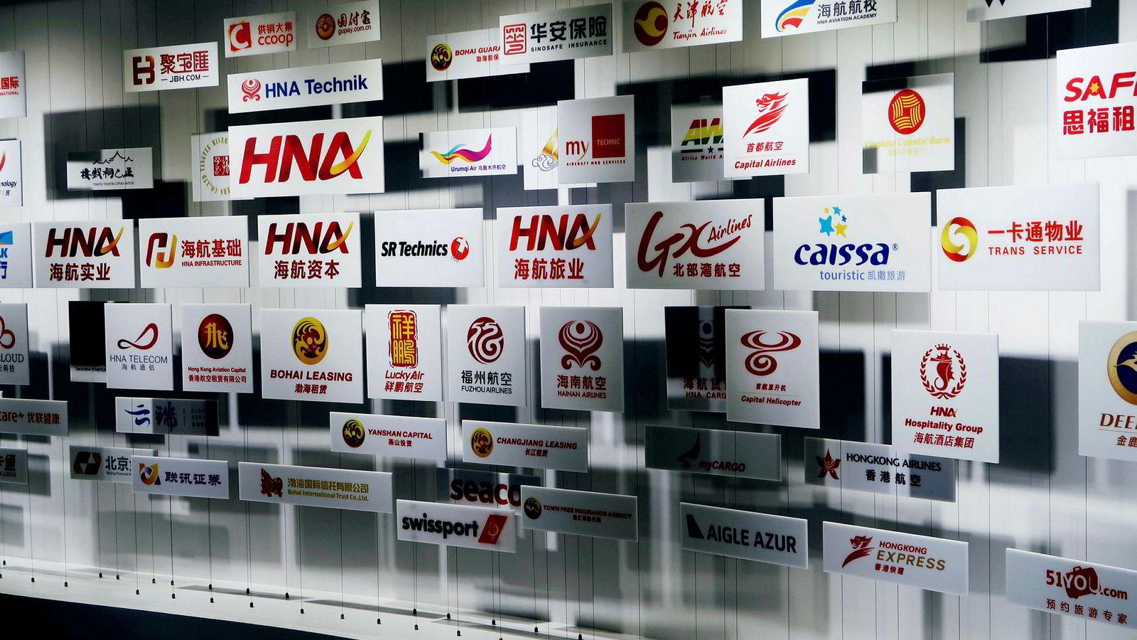 På midten av 1990-tallet kom en ellevill internasjonal oppkjøpsbølge via HNA Group. Her er en samling av logoer ved selskapets museum ved hovedkontoret i Beijing.