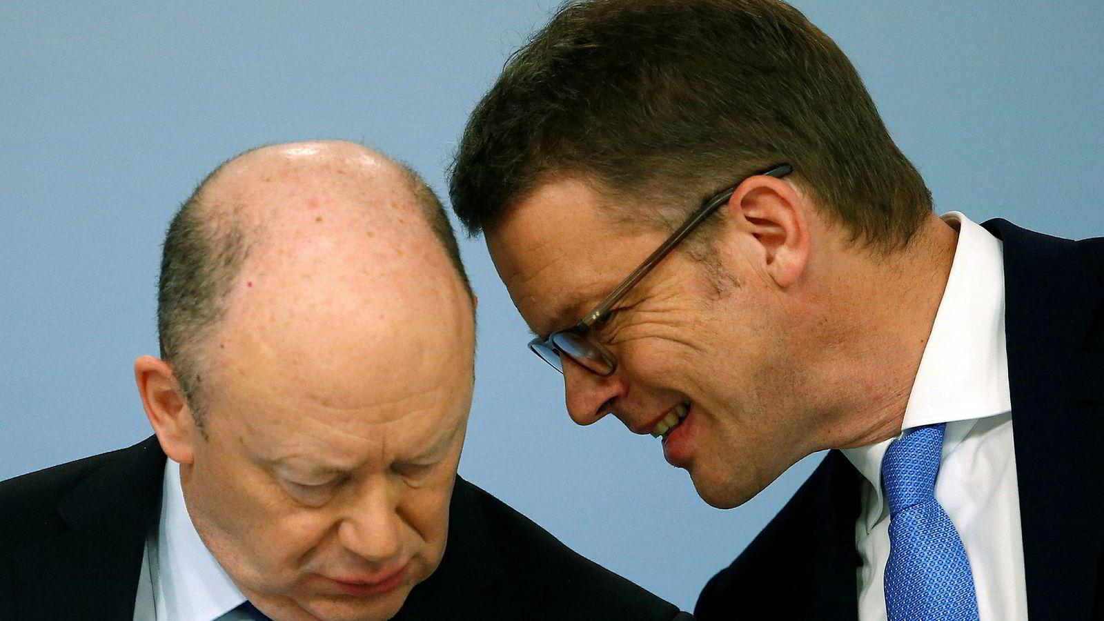 Nåværende konsernsjef Christian Sewing (t.h) i prat med tidligere Deutsche Bank-sjef John Cryan. Sistnevntes avgang i april i fjor kostet banken over 100 millioner kroner alene.