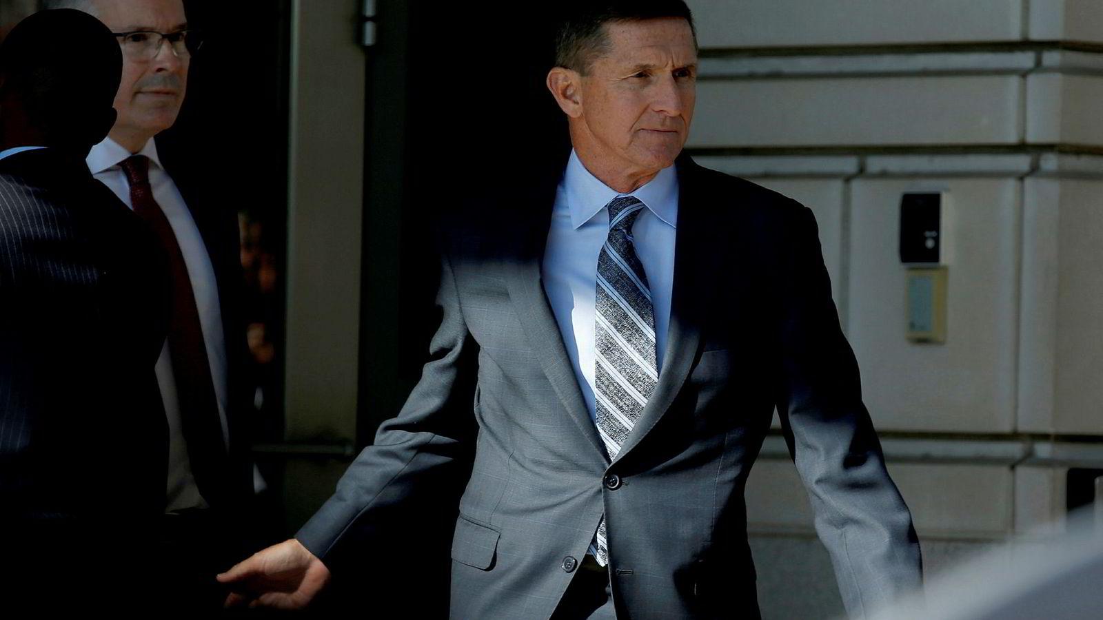 USAs tidligere nasjonale sikkerhetsrådgiver Michael Flynn på vei ut av en rettsbygning i Washington D.C. fredag.