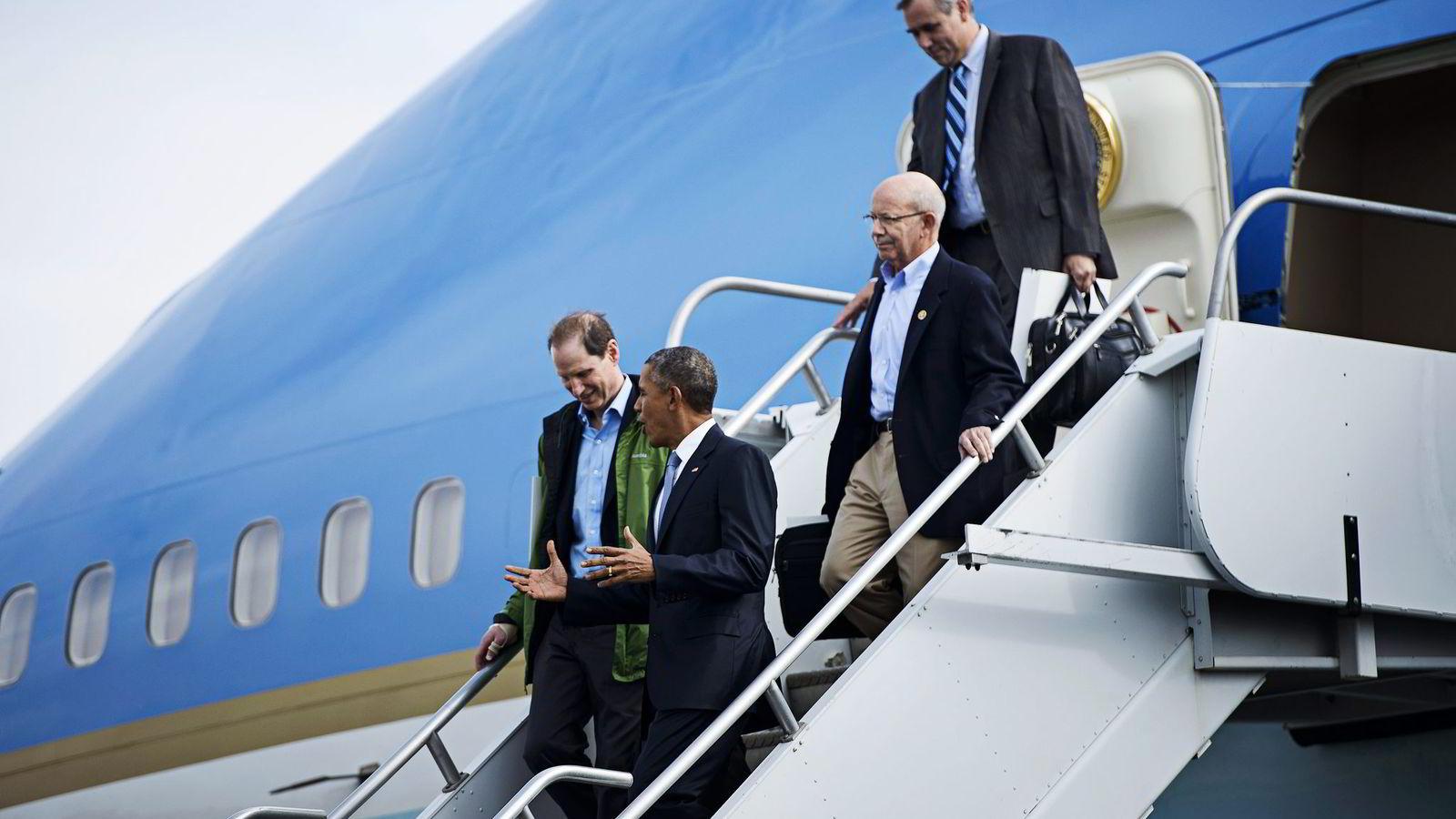 Peter DeFazio (med briller), en sentral politiker i Demokratene, går hardt ut mot Norwegian, som han mener bryter med arbeidslivsregler i USA og EU. Foto: Brendan Smialowski/AFP/NTB Scanpix