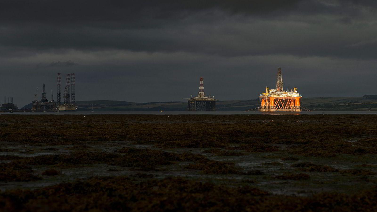 En stripe sol lyser opp en av de ti oljeriggene som ligger i opplag i Cromarty Firth, en fjord på den skotske østkysten.