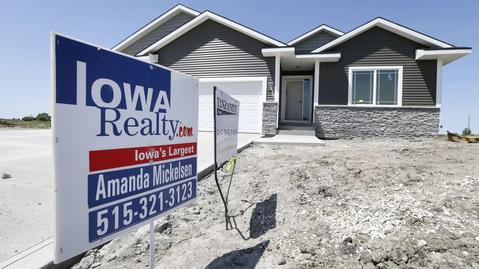 Boligbyggingen i USA falt tilbake i mai. Her en ny bolig for salg i West Des Moines, Iowa, 24. mai. 2014. Foto: AP Photo/Charlie Neibergall.