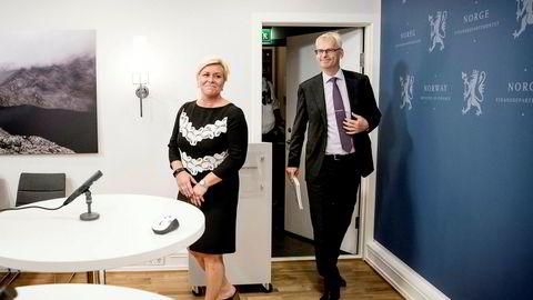 NHH-professor Øystein Thøgersen legger frem rapport med anbefaling om oljeaksjer i Oljefondet til finansminister Siv Jensen.