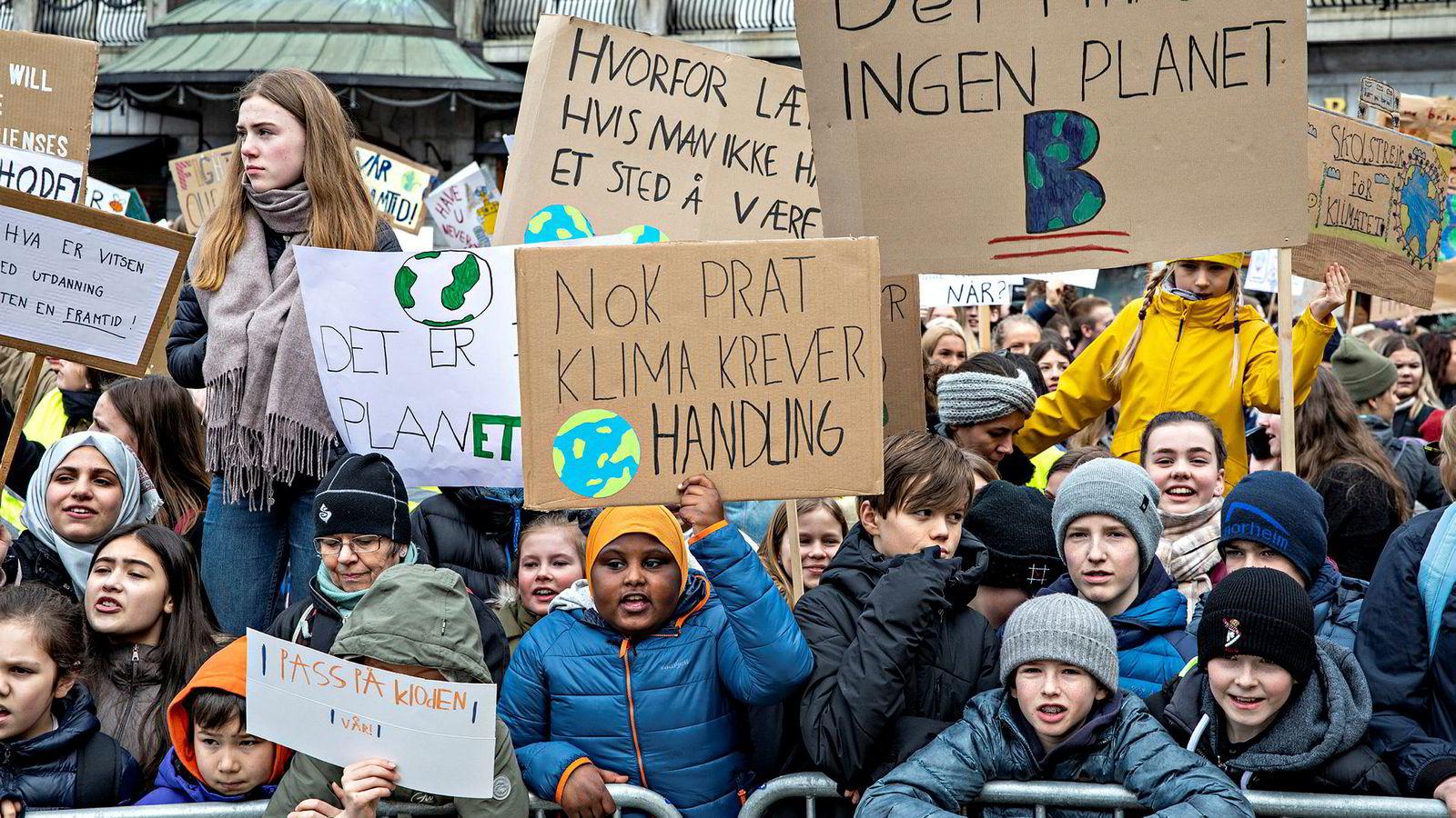 Tusenvis av elever demonstrerte for klimaet utenfor Stortinget.