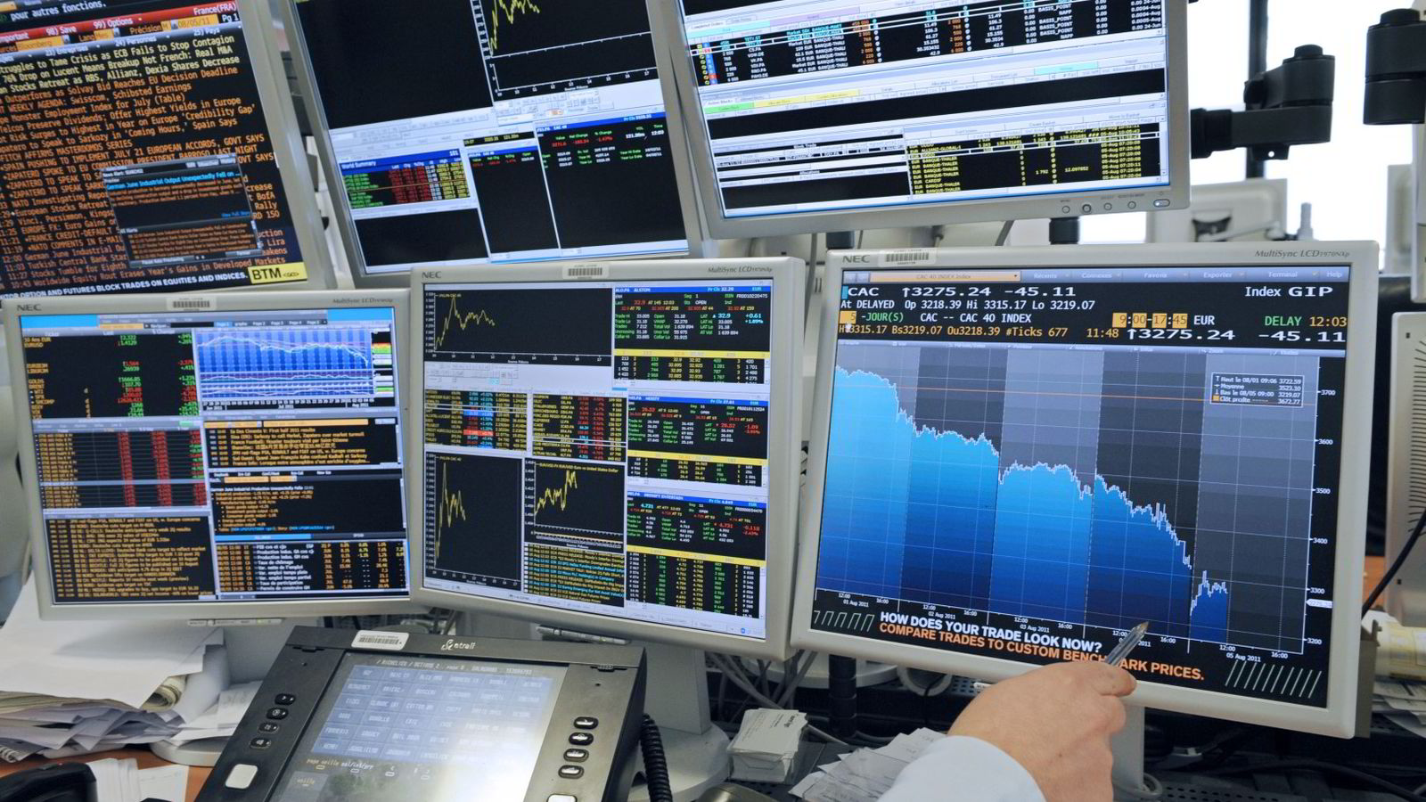 BØRS: Det er mange måter å tjene penger på  i aksjemarkedet. En er å låne ut til småselskaper på kanten av stupet. Foto: Miguel Medina/AFP photo/NTB scanpix