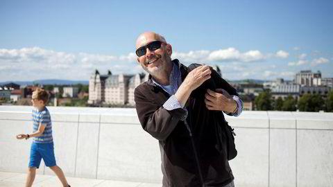 David Rosner (67) tilbringer de siste timene av norgesferien på taket av Operahuset sammen med kona før de flyr hjem til New York. Selv om dollaren har svekket seg den siste tiden synes ikke Rosner at Norge er så mye dyrere enn New York. Kona fikk han ikke overtalt til å være med på bildet.