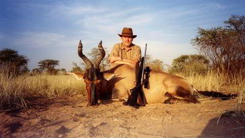 Øivind Tidemandsen vil ikke sende over trofébilde fra løvejakt fordi han ikke føler det representerer jakten han står for. I stedet viser han frem ett fra antilopejakt i Namibia.