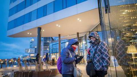 Jesus Lorenzo og Isabel Martinez fra Vigo i Spania bor på Clarion Hotel The Edge i Tromsø og jakter nordlys denne uken. Foto: Marius Fiskum