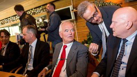 NY EIER TAR GREP. Trond Mohn (rødt slips) solgte familiebedriften til Alfa Laval for 13 milliarder kroner ifjor. Frank Mohn-sjef Magne Sangolt til høyre. Til venstre Sigbjørn Drengenes, sjef for Framo Fusa, og finanskonsulent Ivan Alver i Saga (stående). Foto: Eivind Senneset