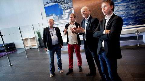 Terje S. Enes (til venstre), Per Steinar Stamnes og Per Helge Ødegård (til høyre) protesterer mot de planlagte kuttene til konserndirektør Arne Sigve Nylund (nummer to fra høyre).
